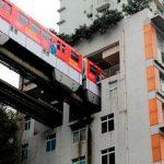 Строительные курьезы: как в Китае построили ЖД-станцию внутри жилого дома. Видео