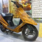 На выставке в Киеве представили «деревянный» скутер Suzuki Sepia. Фото