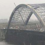 На Подольском мосту начали установку огромных конструкций