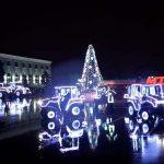 Курьезы: как трактора танцуют вальс вокруг новогодней елки. Видео