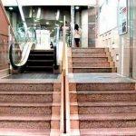 Курьезы: в Японии работает самый маленький в мире эскалатор. Фото